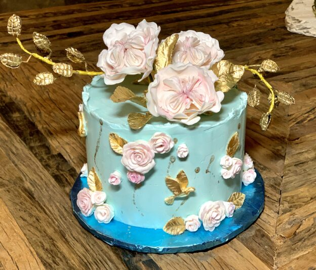 Small wedding cakes that are lovely and fit the color theme and size of the special event